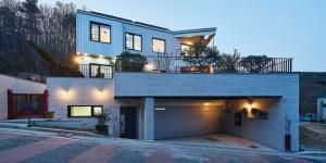 세 개의 입구와 2층 거실이 있는 중목구조 단독주택 '자연스럽게-집'
